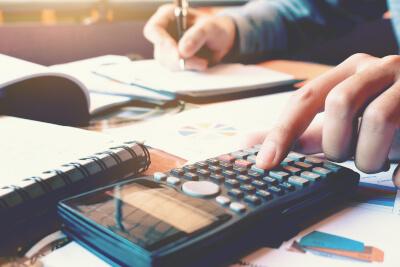 Personalsachbearbeiter kalkuliert Zahlen