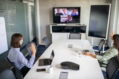 Mitarbeiter in einem Meeting per Videokonferenz