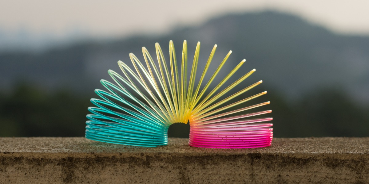 Ein buntes Sprungfeder-Spielzeug oder auch Slinky zeigt agiles Denken