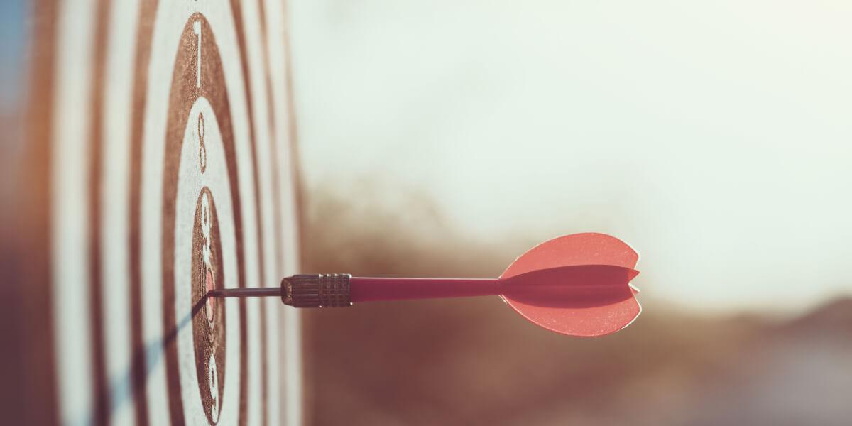 Zielscheibe mit Dart-Pfeil